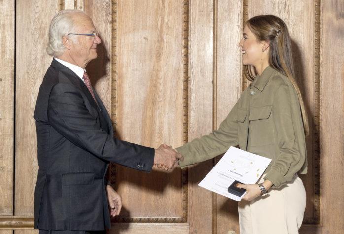 Clara Ramshage tar emot diplom av kung Carl XVI Gustaf på slottet. Foto: privat