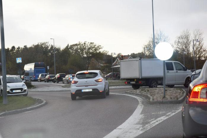 Säkerhetsåtgärderna längs Hjuviksvägen sköts upp från maj till september, men nu är arbetet igång.
