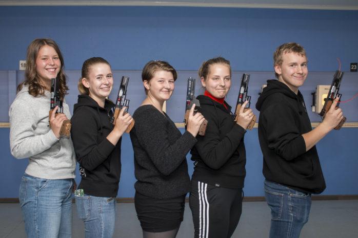 Ungdomarna från Öckerö skytteförening var nöjda efter SM-helgen där de fick 14 medaljer sammanlagt.  FOTO: Pia Magnusson