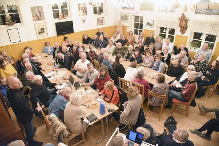 Många hade sökt sig till Öckerö hembygdsgård när en Facebookgrupp kallade samman till en protest m ot planerna för Öckerö nya centrum. FOTO Conny Åquist