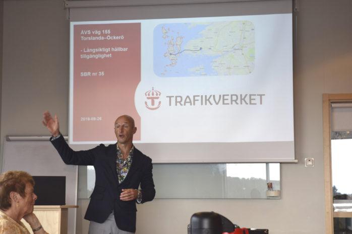 Trafikverkets utredningsledare Patrik Benrick under föredragningen på Västra Hisingens samhällsbyggnadsråd.