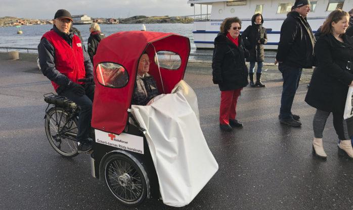 Klas Utbult tar en tur med en av Öckerö-öarnas Röda Korskrets cyklar. Foto: förmedlat av Alf Benson
