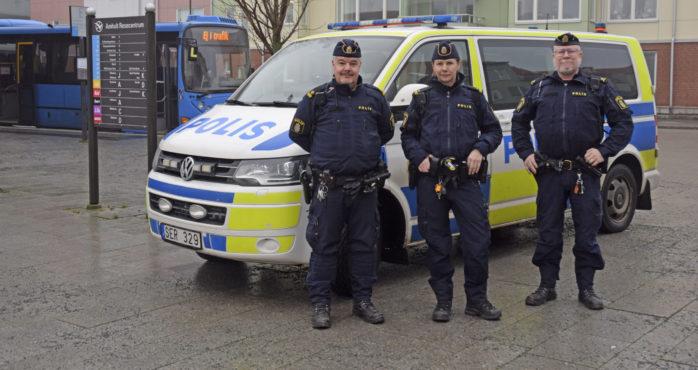 """""""Doggen"""", bestående av Kristian, Stina och Hasse, ger en ökad polisnärvaro på gator och torg dagtid."""