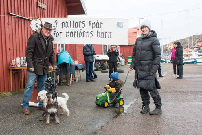 Berndt Jacobs gick ett varv med sina hundar och Elin Lund, tog sig runt banan med sonen Herbert, 3 år, på sin traktor.