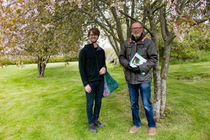 Oskar Fläderblom och Urban Jansson på Torslanda kyrkogård där en minneslund eller askgravlund planeras.