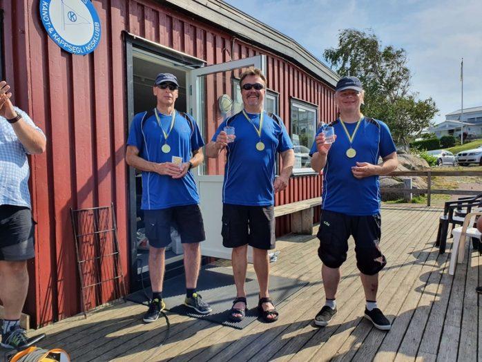 Glada guldmedaljörer: Peter Berg, Olof Johnsson och Magnus Lindkvist. Foto: Karin Hårding/IF-Båtförbundet