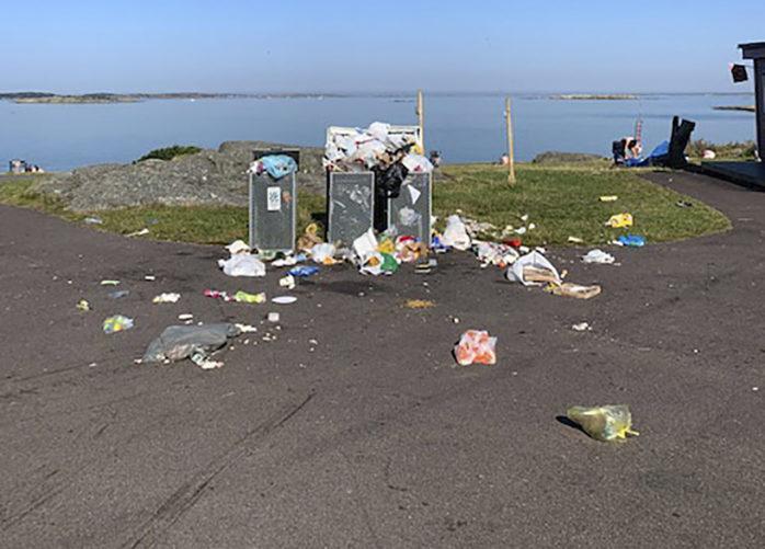 Fulla sopkärl vid Lillebybadet i Torslanda tidigare i augusti.