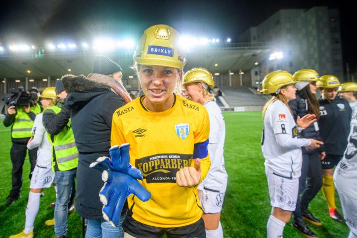 201107 Göteborgs målvakt Jennifer Falk jublar över SM-guldet efter fotbollsmatchen i Damallsvenskan mellan Linköping och Kopparbergs/Göteborg den 7 november 2020 i Linköping. Foto: Maxim Thoré / BILDBYRÅN.