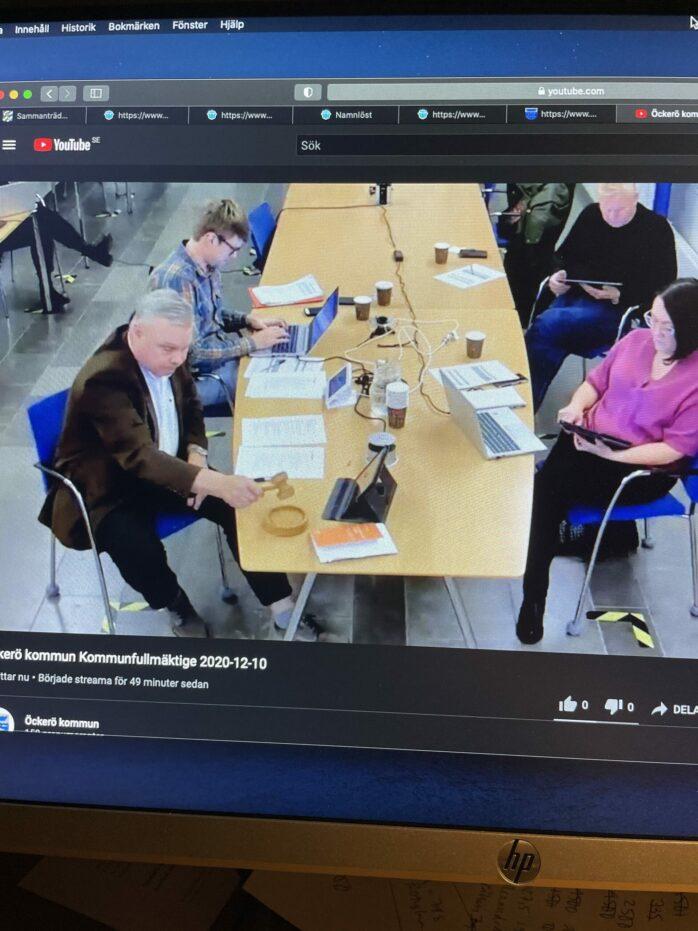 Öckerö kommunfullmäktiges ordförande Ingvar Svensson (M) klubbar igenom ett beslut. Övriga ledamöter deltog digitalt.
