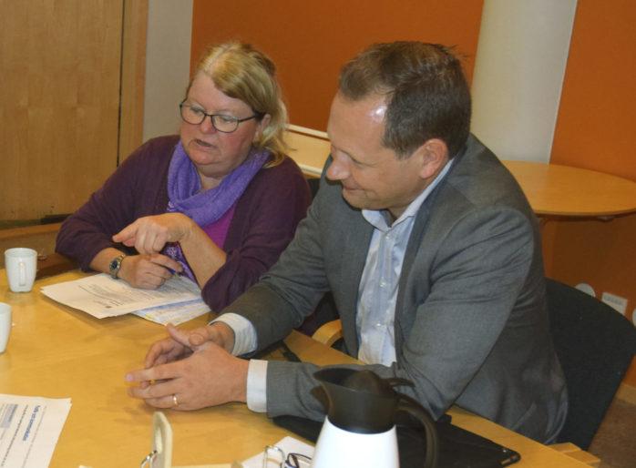 Samhällsplaneraren Erén Andersson och ordföranden Rickard Eriksson (M) under ett tidigare sammanträde, i slutet av 2018.