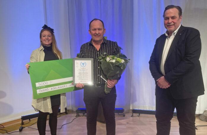 Representanten från Öckerö Rörläggeri AB mottog priset Årets företag 2019. Här flankeras han av Cassandra Köbbel, Öckerö Företagarförening, och kommunens besök- och näringslivschef, Ronald Johansson.
