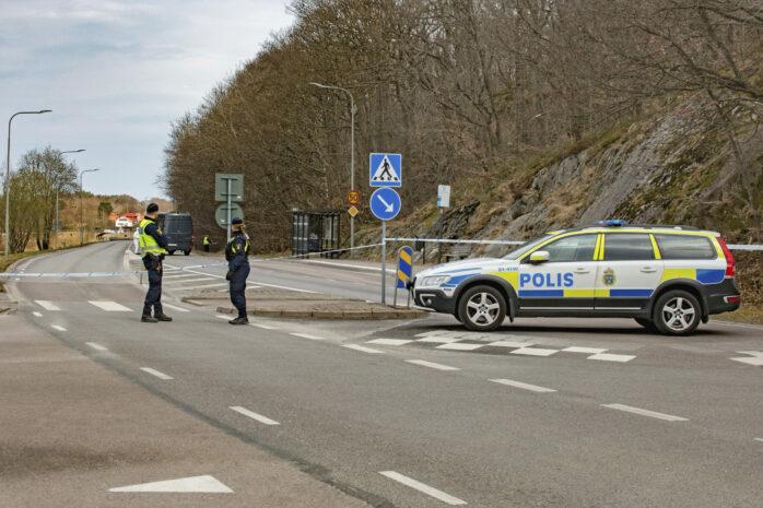 En person hittades död i ett dike vid Kongahällavägen tidigt under förra lördagen och vägen fick stängas av större delen av förmiddagen.