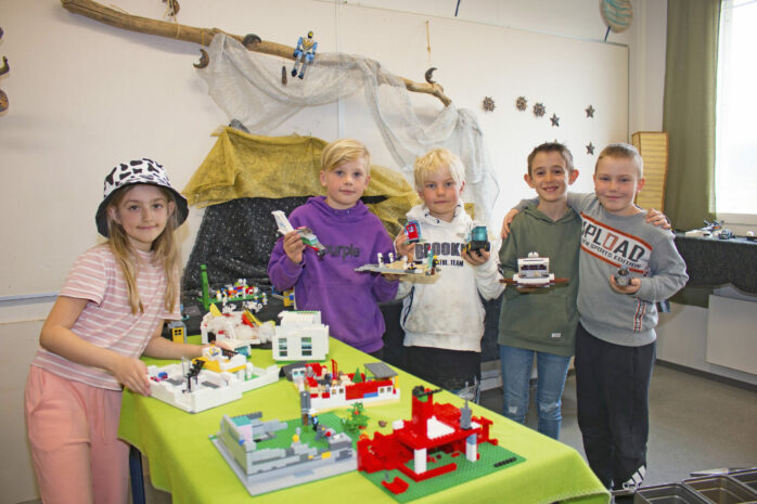 Natalie, Ludvig, Elias, Presiyan och Alex visar stolt upp sina legobyggen. De tyckte det var roligt att både bygga med lego och att göra film.