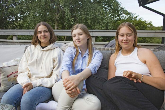 Kompisarna Felicia, Emina och Emma är glada att de nu tar eller tagit studenten. Foto: Pia Magnusson