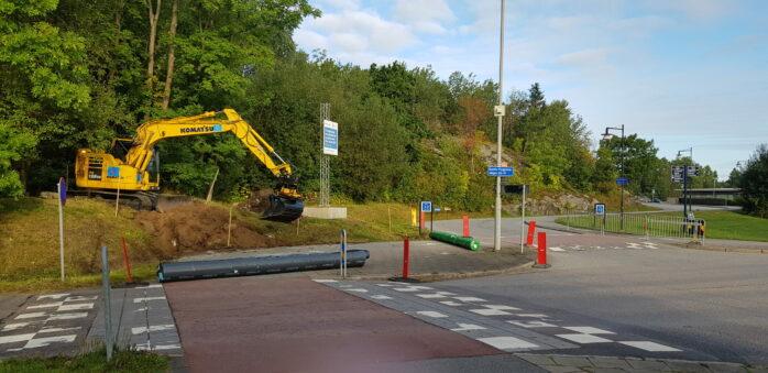 Nu korrigeras äntligen problemet med gång- och cykelbanan längs Gamla Flygplatsvägen. Foto: Fredrik Helgesson