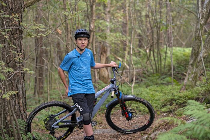 I skogen bakom Nordlyckeskolan känner sig 15-åriga Erik Kristiansson som hemma.